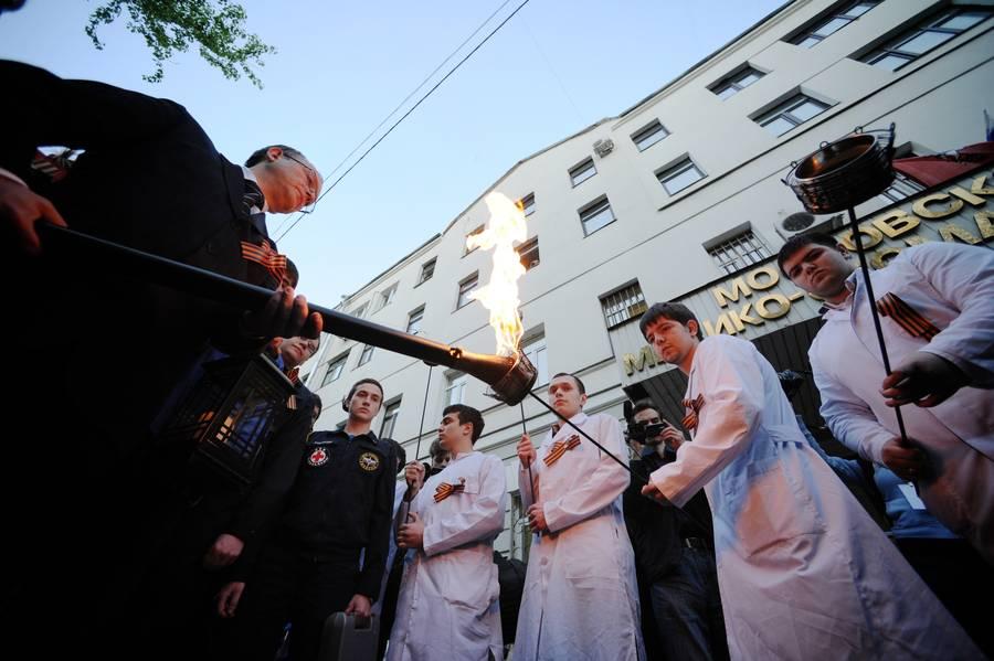 Зажжение факелов ректором Московского государственного медико-стоматологического университета