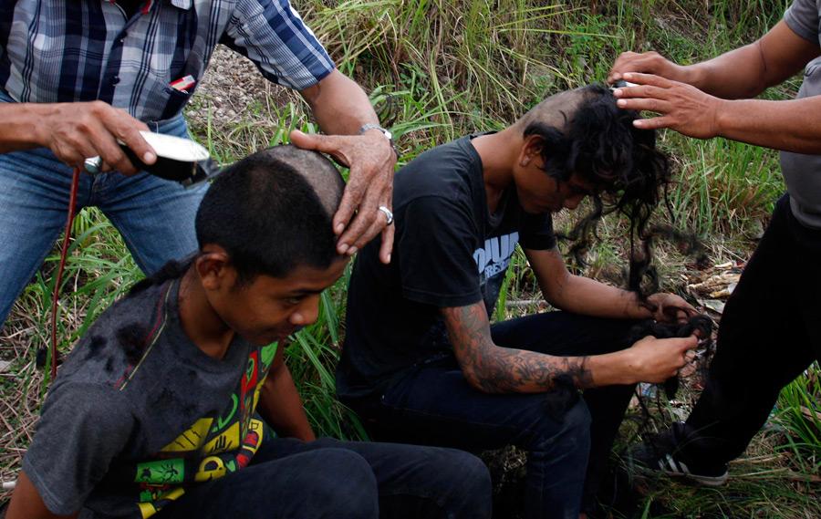 Полицейские побрили задержанным панкам головы. © Reuters