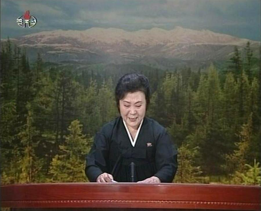 Телеведущая Корейского государственного телевидения сослезами наглазах сообщает осмерти Ким Чен Ира. 19декабря. © KRT via Reuters TV/Reuters