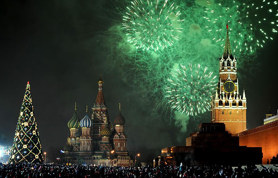 Салют надмосковским Кремлем. © Владимир Астапкович/РИА Новости