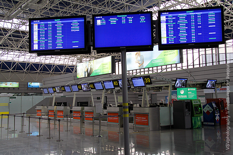 Информационные табло исовсем пустой зал. В2014 году именно это крыло терминала будет принимать международные рейсы сгостями испортсменами..