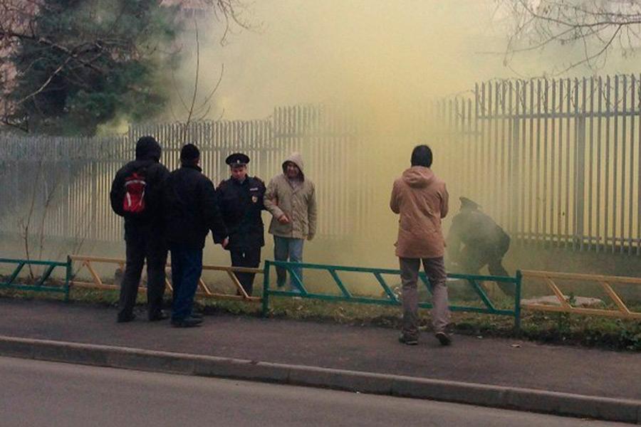 Нацболы закидали посольство Польши в Москве дымовыми шашками