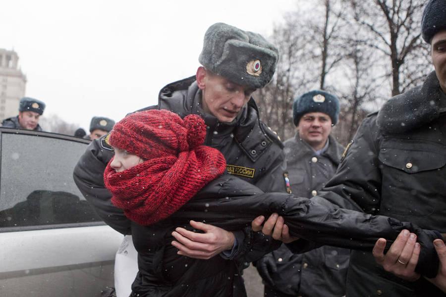 Полиция задерживает участницу митинга натерритории МГУ. © Евгений Фельдман/«Новая газета»