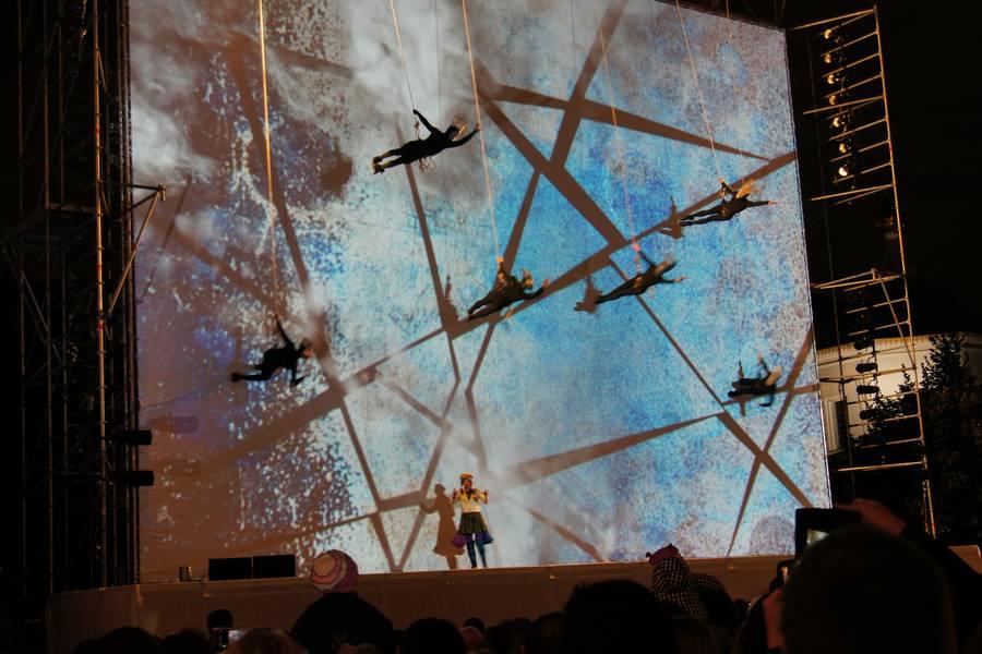 Шоу «Космогония» французского уличного театра Les Passagers. Фото — RIDUS