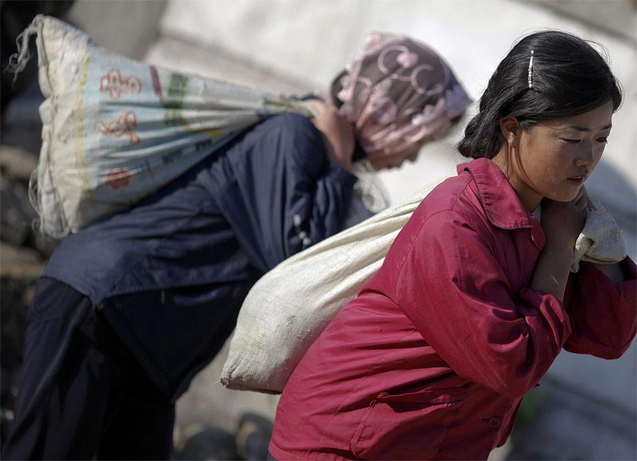 Студентки вовремя починки трубопровода вХэджу. © Damir Sagolj/Reuters