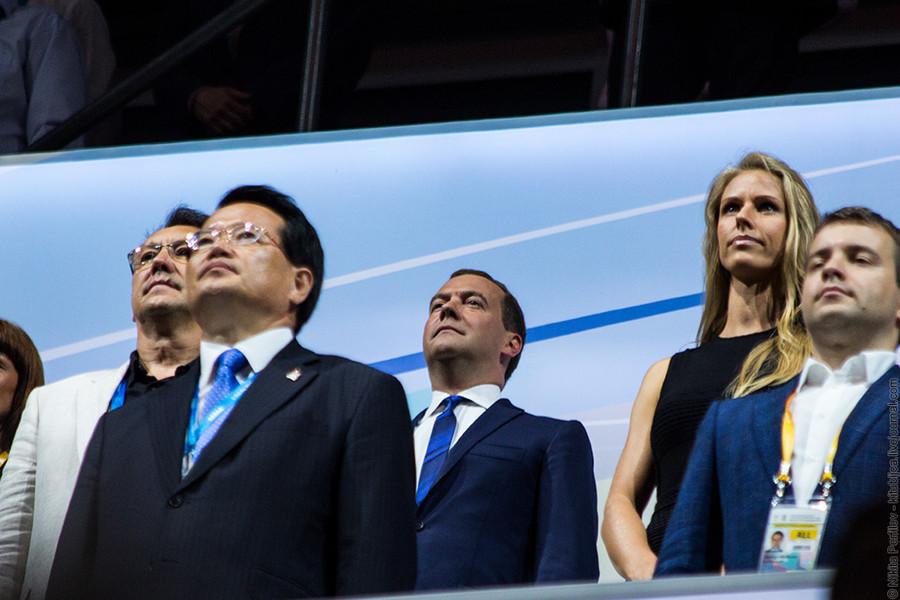 Официальные лица слушают гимн России © Никита Перфильев