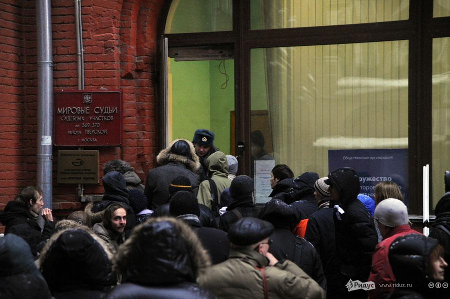Перед зданием суда собралась небольшая толпа. © Василий Максимов/Ridus.ru