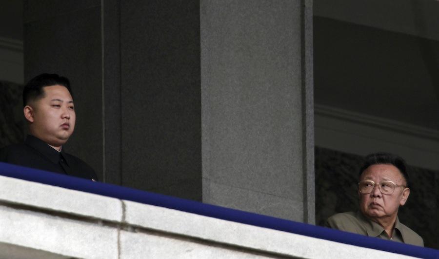КимЧен Ир (справа) смотрит насвоего младшего сына Ким Чен Ына. Октябрь 2010 года. © Petar Kujundzic/Files/Reuters