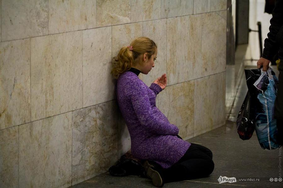 Беременная женщина-попрошайка просящая ради будущего ребенка. © Дмитрий Найдин/Ridus.ru