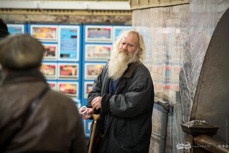 Честный попрошайка впереходе между станциями метро. © Дмитрий Найдин/Ridus.ru