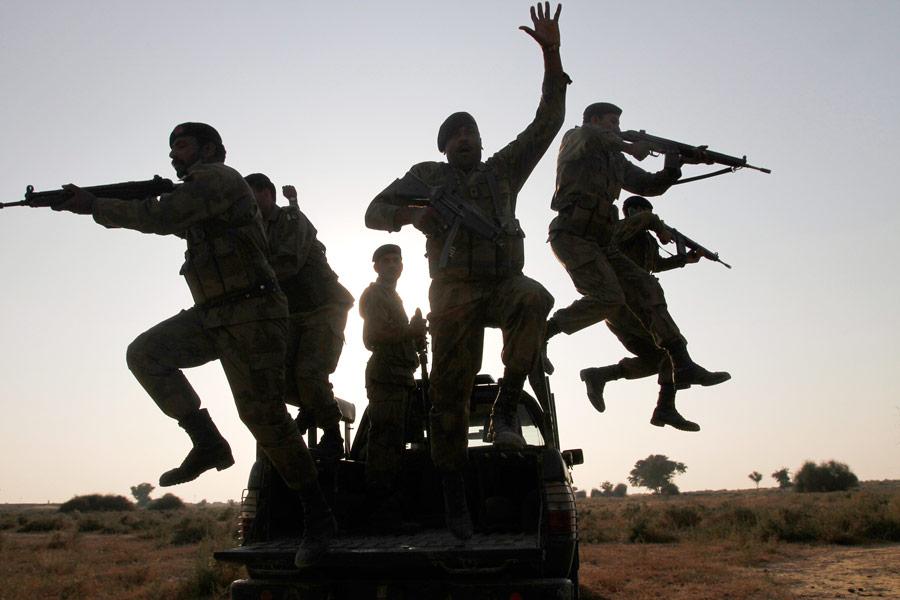 Пакистанские военнослужащие вовремя военных учений впустыне Холистан награнице сИндией. © Reuters