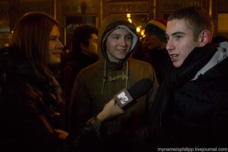 19.Атем временем какие-то ребята начали давать интервью MTV.