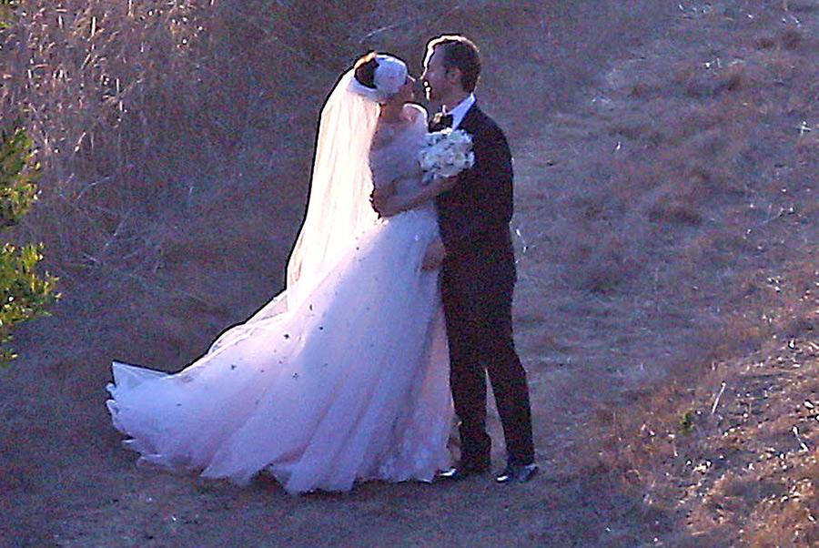 Энн Хатауэй вышла замуж в пышном белом платье