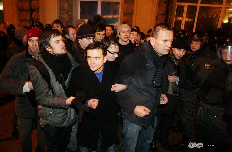 Алексей Навальный (справа) намитинге «Солидарности» 5декабря 2011 года. Слева отнего (вцентре)— Илья Яшин. © Антон Тушин/Ridus.ru