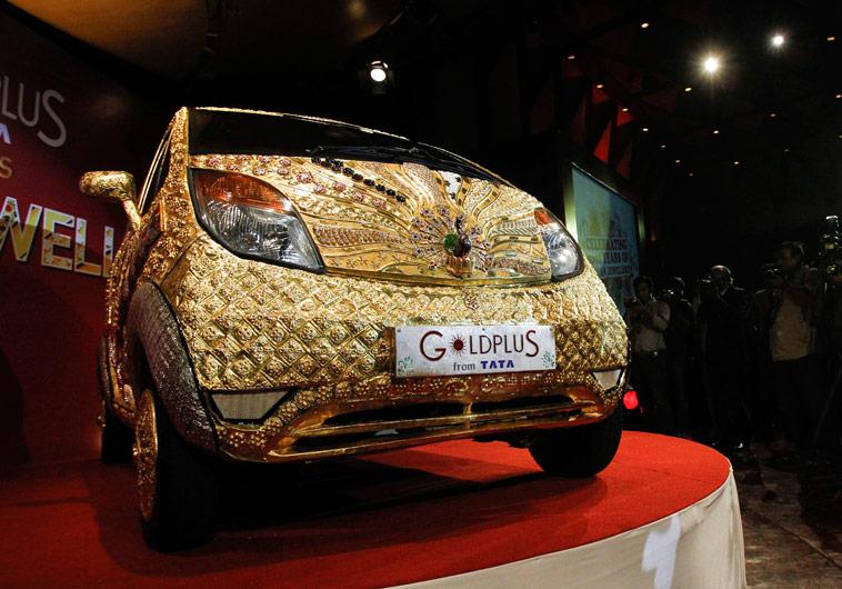 Машина, оформленная 80килограммами 22-каратного золота специально кцеремонии вМумбае. © Danish Siddiqui/Reuters