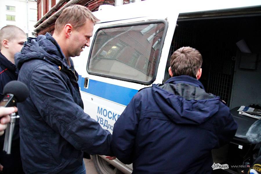 Алексея Навального увозят изздания Тверского суда. © Антон Тушин/Ridus.ru