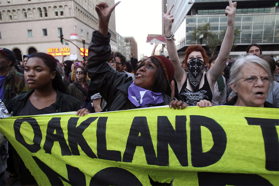 Протестующие попытались вновь прорваться на центральную площадь Окленда. © Stephen Lam/Reuters