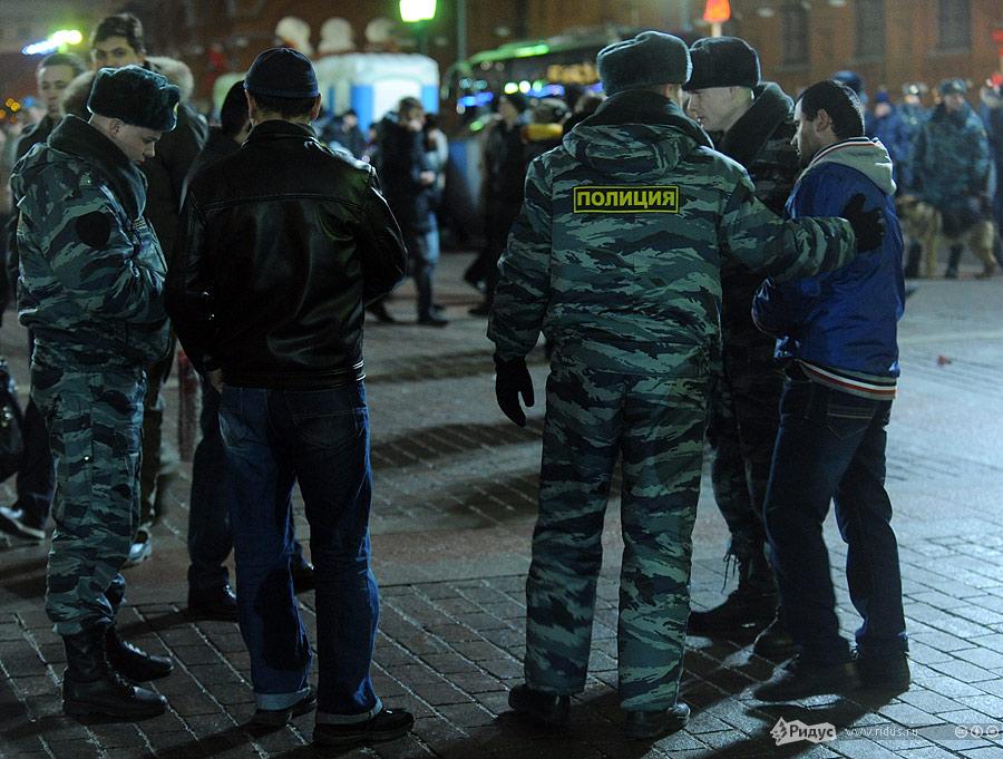 Полиция контролирует обстановку наМанежной площади вночь на1января 2012. © Василий Максимов/Ridus.ru