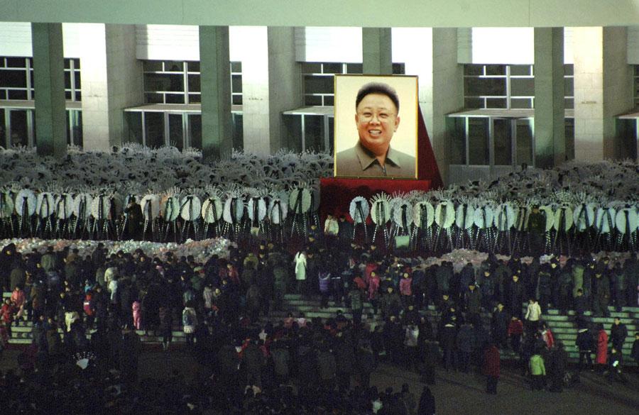Скорбящие жители Пхеньяна стоят вочереди уКымсуанского мемориального комплекса, где происходит прощание стелом Ким Чен Ира. © KCNA/Reuters