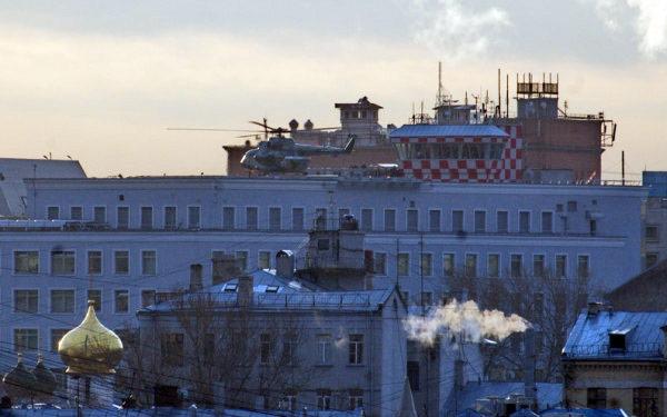 Вертолет Ми-8на крыше здания ФСБ поадресу Большая Лубянка, дом 20.