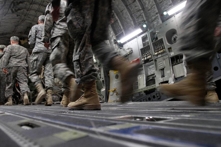 Часть солдат третьей бригады улетела натранспортном самолете. © Maya Alleruzzo/AP Photo