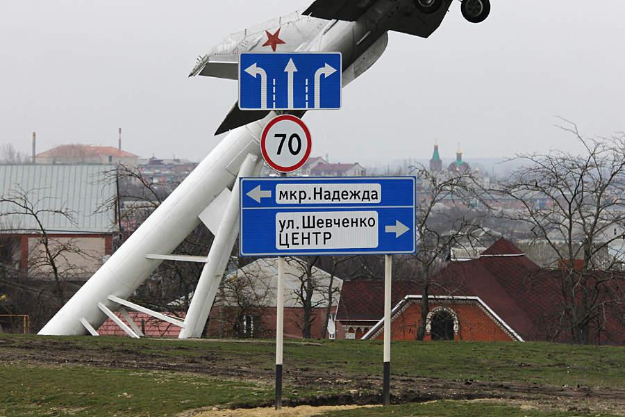 Монумент-самолет возле трассы напоминает отом, что Крымск— город стратегического значения © Никита Перфильев