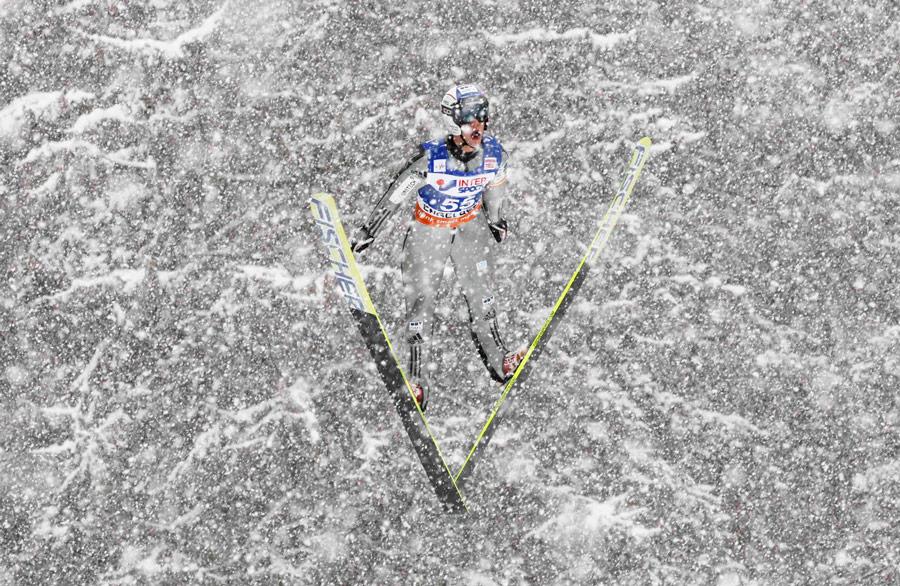 Чешский «летающий лыжник» Роман Куделка рассекает воздух напервом этапе чемпионата мира попрыжкам страмплина вшвейцарском Энгельберге. © Michael Buholzer/Reuters