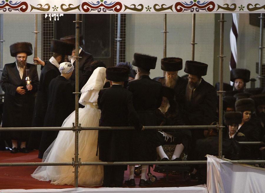 Новобрачные общаются спрадедом жениха. © NIR ELIAS/Reuters