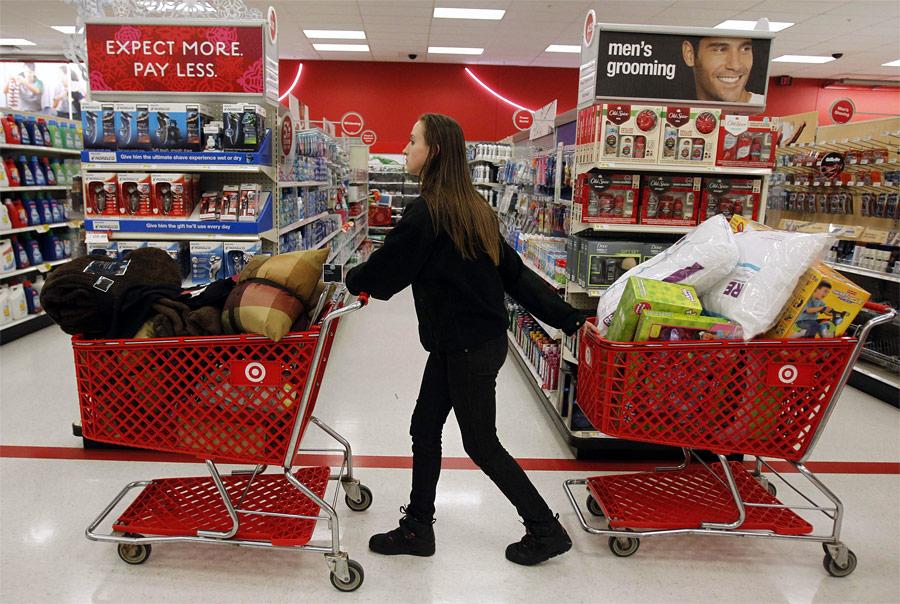 Женщина вмагазине вовремя старта рождественских распродаж. © Jessica Rinaldi/Reuters