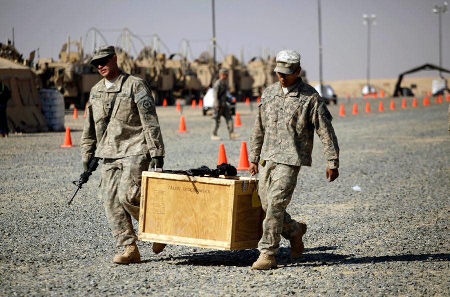 Разгрузка поприбытию набазу вКувейте. © Maya Alleruzzo/AP Photo