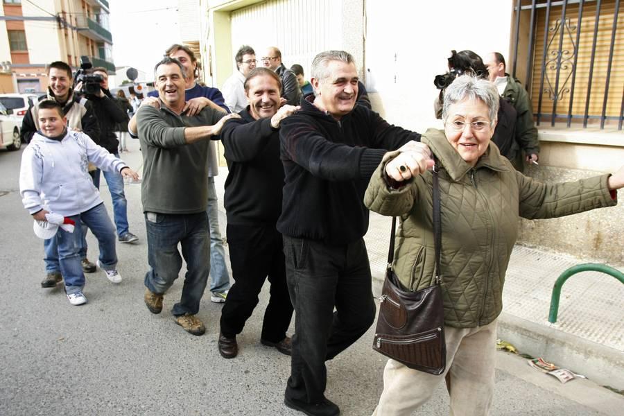 Жители испанской деревни Гранен празднуют невероятный выигрыш врождественскую лотерею. © Luis Correas/Reuters
