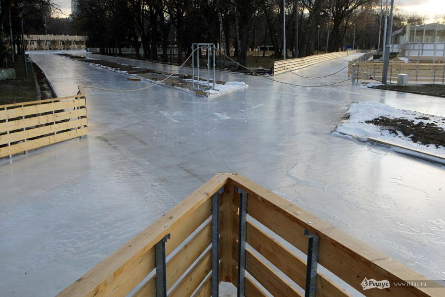 Ужезалитый льдом перекресток накатке вПарке Горького. © Антон Тушин/Ridus.ru
