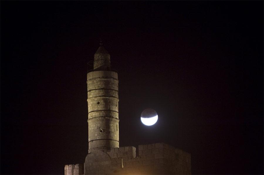 Лунное затмение вИерусалиме, башня Давида. © REUTERS/Ronen Zvulun