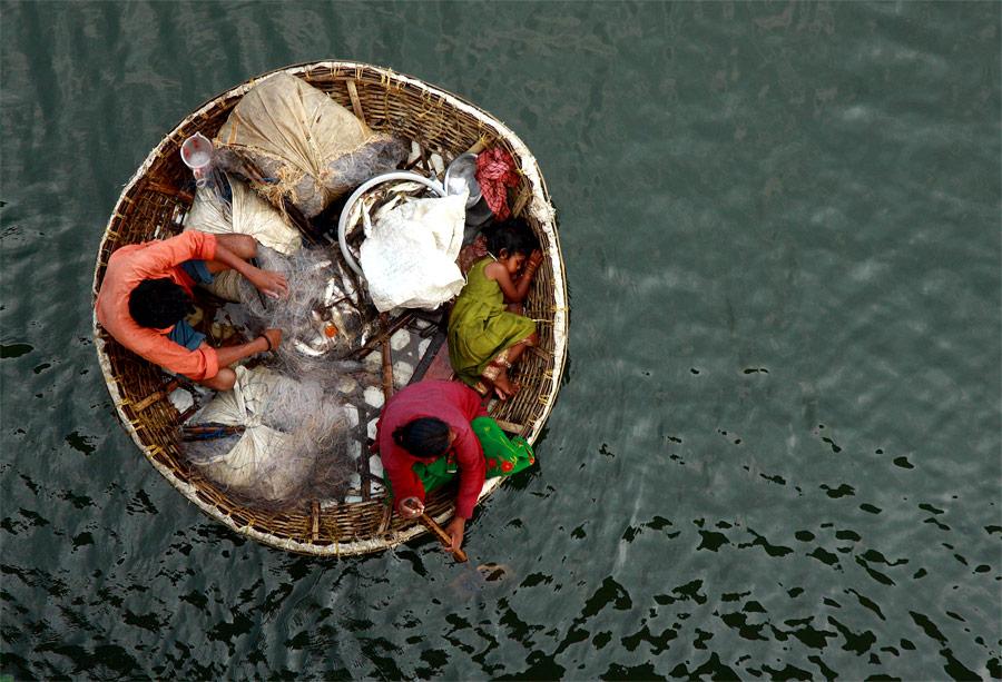 Семья рыбаков плывет всвоей лодке пореке Перияр неподалеку отгорода Кочи вИндии. © Sivaram V/Reuters