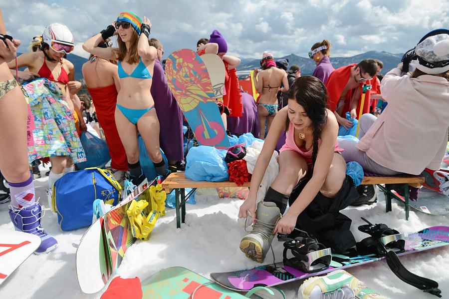Более 500 человек приняли участие в массовом спуске в бикини с горы зелёная