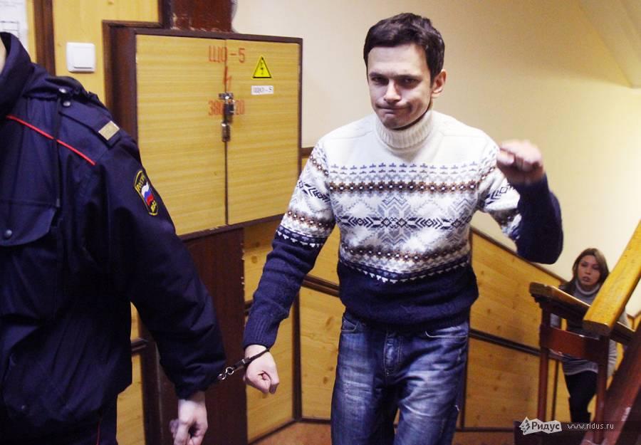 Илья Яшин вздании Тверского суда всопровождении конвоира. 7декабря 2011 года. © Антон Тушин/Ridus.ru
