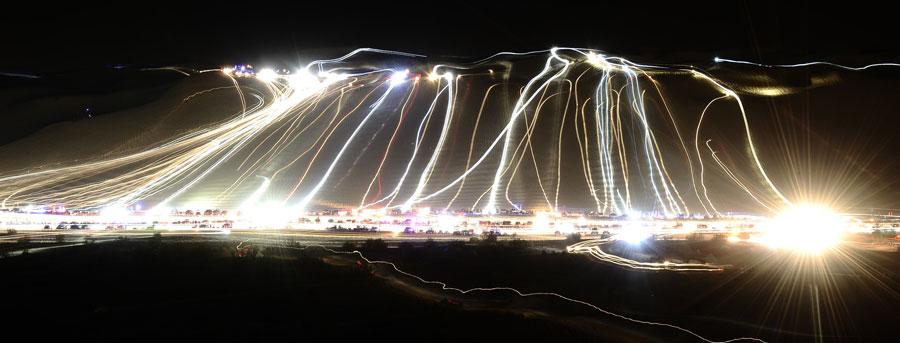 Световые следы оставлены тысячами внедорожников, багги имотоцикловна холме Олдсмобил вКалифорнии. © GENE BLEVINS/Reuters