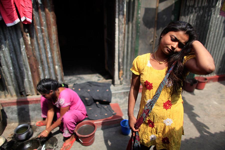 Хаши перед своей небольшой комнаткой. . Снимок сделан в квартале, где расп