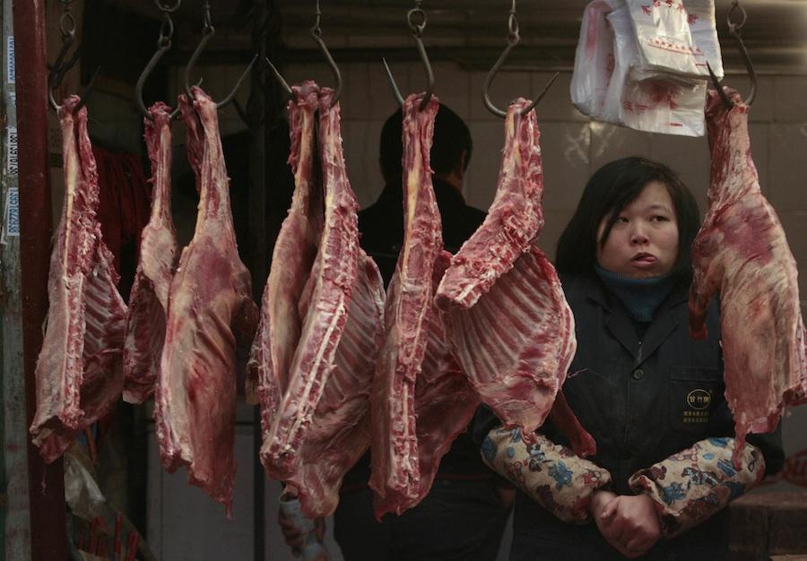 Продавец мяса ждет покупателей нарынке вНанжинге, провинция Джиангсу. © Sean Yong/Reuters