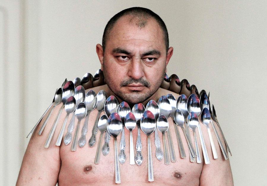 В Тбилиси Этибар Эльчиев устанавливает мировой рекорд. Кего телу примагничено 50металлических ложек. © David Mdzinarishvili/Reuters