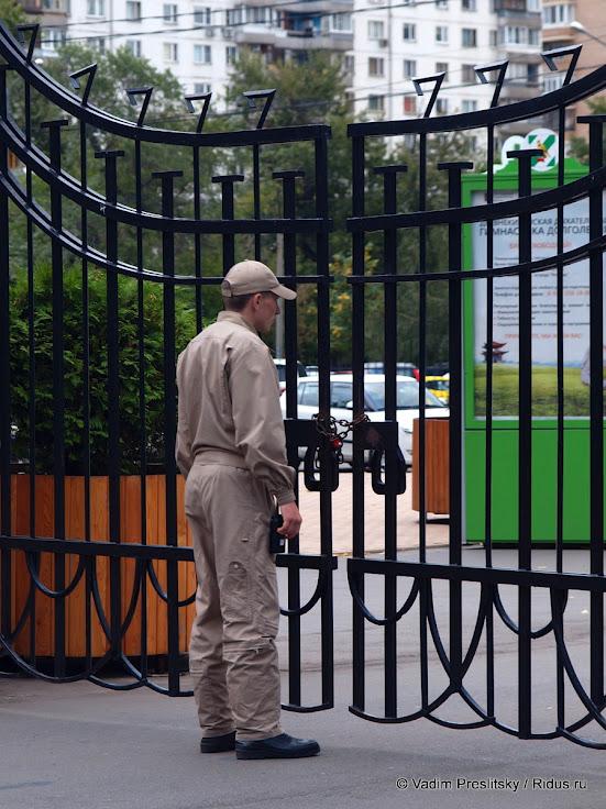 Сотрудник службы охраны Парка Сокольники уцентрального входа впарк. Москва. © Vadim Preslitsky