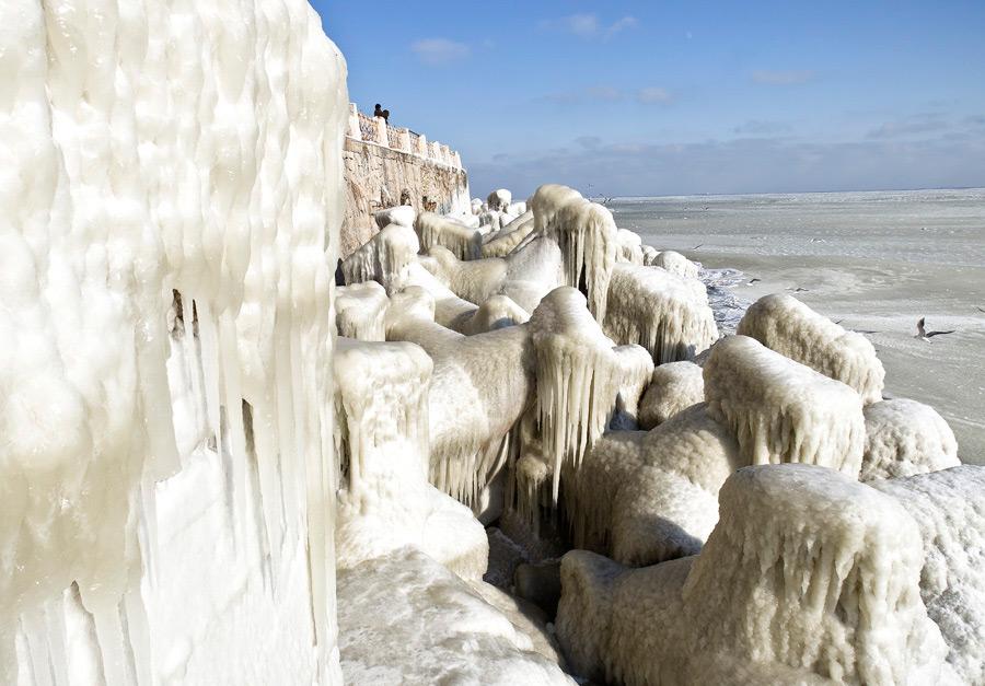 Покрытый льдом берег Черного моря около румынской Констанцы