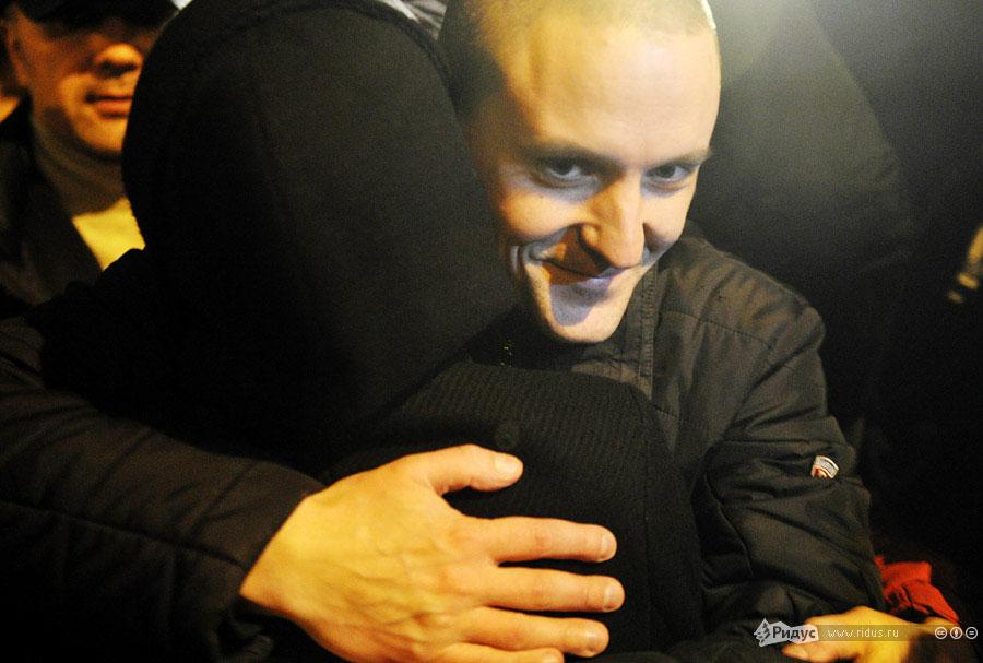 Сергей Удальцов обнимает жену. © Антон Тушин/Ридус