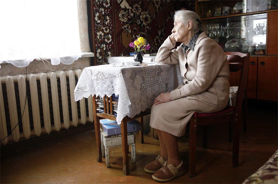Пенсионерка в своей комнате в коммунальной квартире. © Валерий Матыцин/ИТАР-ТАСС