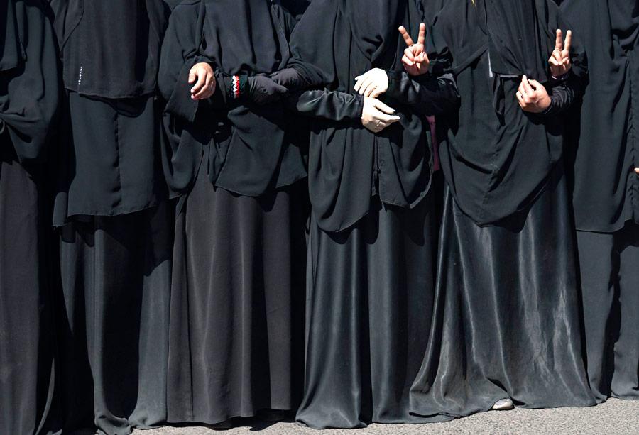 Йеменские женщины требуют суда надуходящим вотставку президентом страны Али Абдаллой Салехом. © Mohamed al-Sayaghi/Reuters