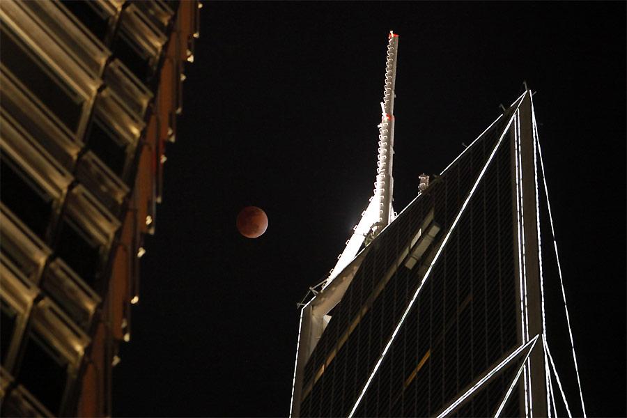 Лунное затмение иБанк Китая вГонконге. © REUTERS/Soo Hoo Zheyang