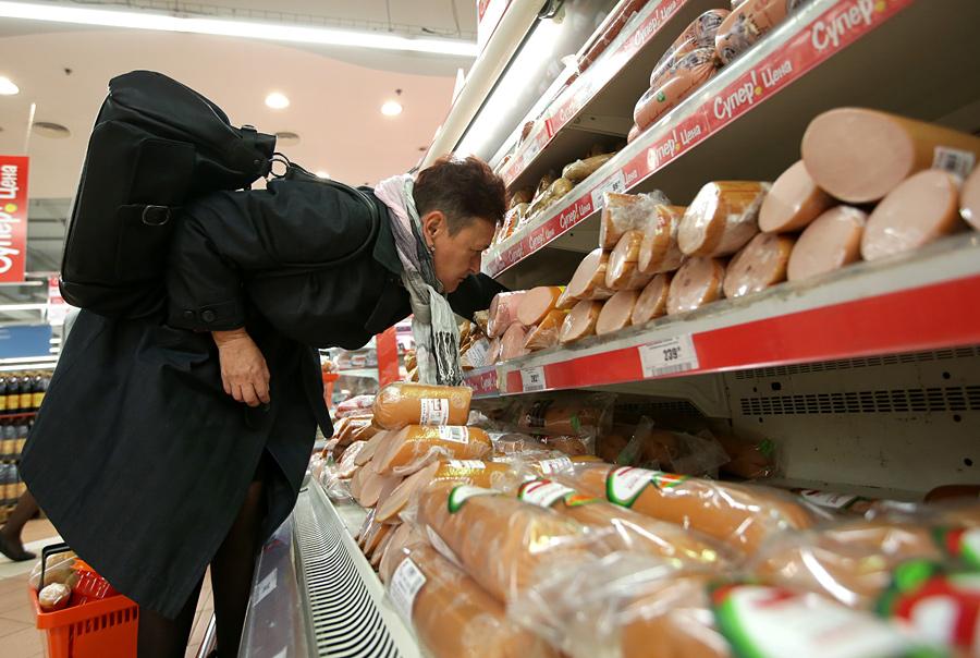 Покупательница выбирает товар вмясном отделе гипермаркета. © Валерий Мельников/РИА Новости